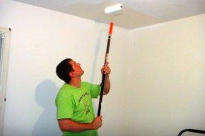 Особенности покраски потолка